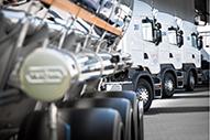Trucks in Reihe von hinten