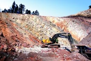 PCC BakkiSilicon - Im vierten Quartal 2013 wurde dem Quarzit-Steinbruch der PCC Silicium S.A., Zagórze (Polen), nach umfangreichen geologischen Untersuchungen durch international anerkannte Experten ein sogenanntes JORC-Zertifikat erteilt. Mit diesem Zertifikat wird eine der wesentlichen Voraussetzungen für das Erlangen einer Fremdfinanzierung für das Siliziummetall-Projekt erfüllt. In ihm wird bescheinigt, dass unser Steinbruch über Quarzit in ausreichender Qualität und Quantität verfügt, um unsere geplante Siliziummetall-Anlage mindesten 15 Jahre lang mit diesem Rohstoff versorgen zu können.