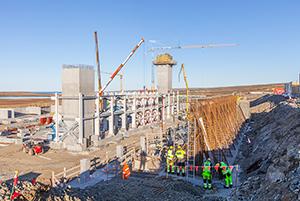 PCC BakkiSilicon - Die Installation des Stahlbaus am Ofengebäude schreitet voran, die Treppenhäuser wachsen in die Höhe.