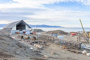 PCC BakkiSilicon - Die Förderbandbrücke, die später Kohle und Quarzit zu den jeweiligen Lagern transportieren wird, wird vor dem Kohlelager vormontiert und ab Ende Oktober abschnittsweise auf die Brückenfundamente gehoben.