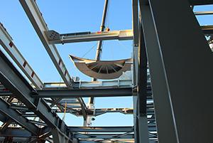 PCC BakkiSilicon - Na początku listopada dźwig spuszcza stalowy płaszcz pierwszego z pieców na dno budynku piecowni. W tym momencie konstrukcja stalowa urosła do poziomu 2 (+10,9 m).