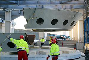 PCC BakkiSilicon - Anfang November wird die Stahlhülle des ersten Ofens in das Ofengebäude eingehoben. Der Stahlbau hat zu diesem Zeitpunkt die zweite Ebene (+10,9m) erreicht.