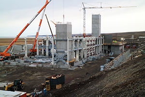 PCC BakkiSilicon - Lifting works are done at the furnace building by up to five cranes simultaneously. At the right side the silo building is constructed where the raw materials will be stored.