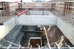 PCC BakkiSilicon - Ukończono prace betoniarskie w budynku zsypowni węgla i kwarcytu. Rozpoczyna się montaż lejów wsypowych, przez które materiały sypkie trafią na taśmę przenośnikową.