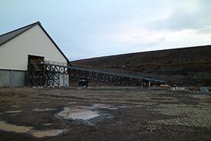 "PCC BakkiSilicon - The belt bridge ""grows"" towards the feeding station. The conveyor bridge shall transport the bulk material towards its designated storage areas."