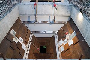 PCC BakkiSilicon - Die Betonarbeiten am Aufgabegebäude für Kohle und Quarzit sind abgeschlossen. Nun beginnt der Einbau der Aufgabetrichter, über die die Schüttgüter auf das Förderband gelangen.