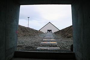 """PCC BakkiSilicon - Die Bandbrücke """"wächst"""" weiter in Richtung Aufgabegebäude. Die Bandbrücke wird später die Rohstoffe vom Aufgabegebäude zu den Lagern transportieren."""