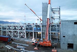 PCC BakkiSilicon - Der Stahlbau auf den Ebenen +6,7m und +10,9m ist nahezu abgeschlossen. Zum Jahresende beginnt die Errichtung der Stahlrahmen für die +16,9m-Ebene und +22,9m-Ebene. Bei Fertigstellung wird das Ofengebäude ca. doppelt so hoch sein.