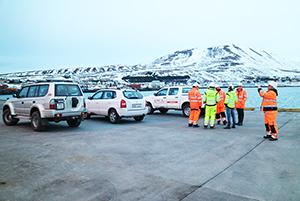 PCC BakkiSilicon - Berater der KfW-Bank besuchen Húsavík, um sich über den Fortschritt des Projekts und der Begleitprojekte zu informieren. Hier wird der Baufortschritt der Hafenerweiterung besichtigt, der für Rohstoff- und Produktverladung essentiell ist.