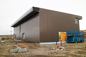 PCC BakkiSilicon - Die Kühlwasserstation ist fertig verkleidet.