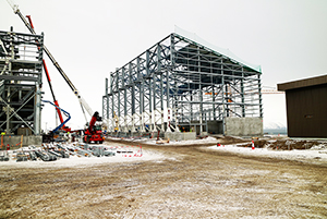 PCC BakkiSilicon - Der Stahlbau für die Siliziumlagerhalle ist so weit vorangeschritten, dass mit den Dacharbeiten begonnen werden konnte.