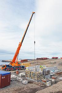 PCC BakkiSilicon - Installationsarbeiten am Aufgabegebäude für das Rohmaterial. Hier werden die LKW später die Rohmaterialien (Quarzit und Kohle) über Bodenauslässe auf das unterirdische Förderband entladen.