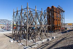 PCC BakkiSilicon - Po zakończeniu budowy ram w ostatnich miesiącach, rozpoczęła się instalacja rur chłodzących.