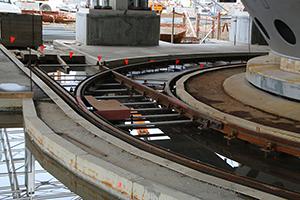 PCC BakkiSilicon - Schienensystem am Ofenboden. Auf diesem wird die Gießpfanne nach dem Abstich zu den Gießtischen gefahren.