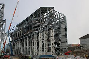 PCC BakkiSilicon - Ansicht der Ofenhalle. Der Stahlbau ist fast abgeschlossen und die Arbeiten am Dach sind weit fortgeschritten.