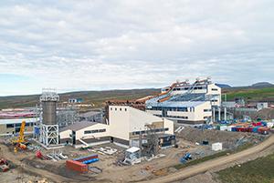 PCC BakkiSilicon - Baustelle im August 2017. Die Staubsilos (links) sind aufgestellt.