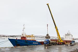 PCC BakkiSilicon - Entladen des ersten polnischen Quarzits der PCC Silicium und Kohle im Hafen von Húsavík.