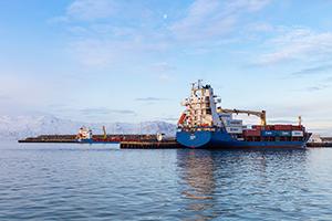 PCC BakkiSilicon - Równoległy rozładunek elektrod dostarczonych z St. Petersburga (statek z przodu) oraz węgla i kwarcytu (statek z tyłu) z Rotterdamu/Gdańsk w porcie miasta Húsavík