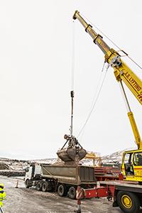 PCC BakkiSilicon - Ausladen der ersten Quarzit-Lieferung im Hafen von Húsavík.