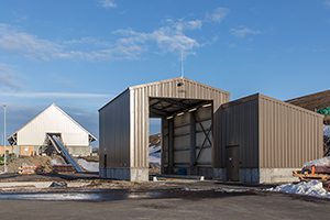 PCC BakkiSilicon - Stanowisko odbioru materiałów sypkich (węgiel i kwarcyt), w tle taśmociąg oraz skład węgla.