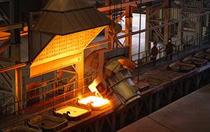 PCC BakkiSilicon - Befüllen der Abkühlformen mit 1.400 bis 1.500 Grad Celsius heißem, flüssigem Siliziummetall.
